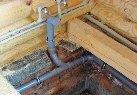 укладка канализационных труб в частном доме
