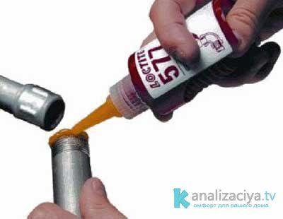 Соединение чугунной и пластиковой трубы при помощи сантехнического герметика