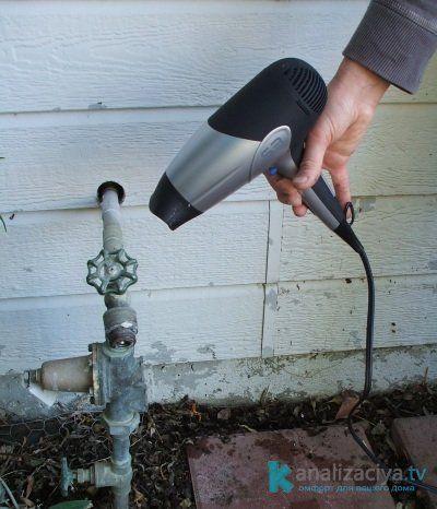 Прогрев канализационной трубы феном