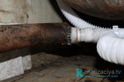 Соединение пластиковых и чугунных труб при помощи уплотнителя