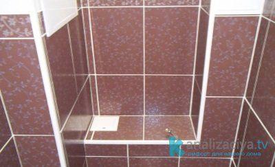 Фигурная фальш-стенка для закрытия канализационных труб в туалете