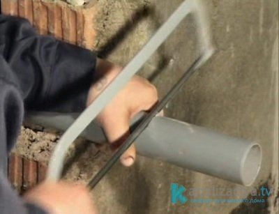 Демонтаж пластиковой канализационной трубы