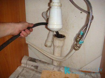 Прочистка канализационной трубы тросом