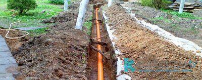 Установка труб внешней канализации в частном доме