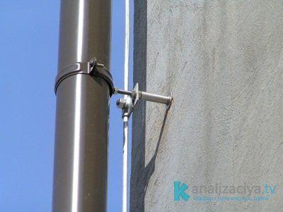 Монтаж трубы к внешней фасадной стене