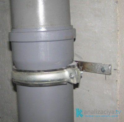 Плавающее крепление канализационной трубы