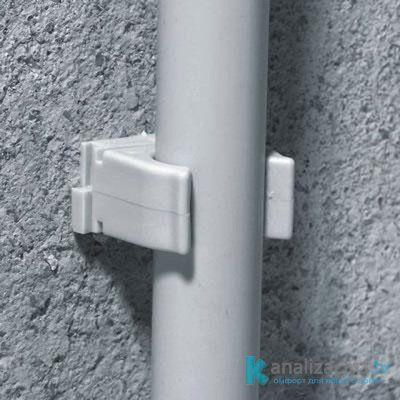 Пластиковый крепеж для канализационной трубы