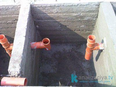 Трубы, соединяющие камеры бетонного септика