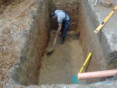Подготовка котлована для септика из бетонных колец