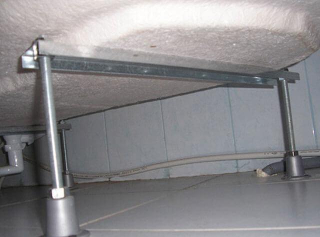 установка угловой акриловой ванны