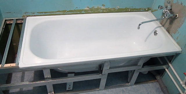 как ставить экран под ванну
