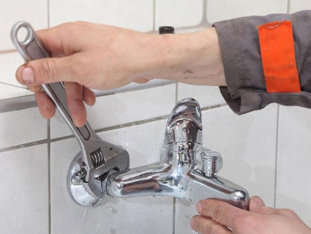 как поменять кран в ванной