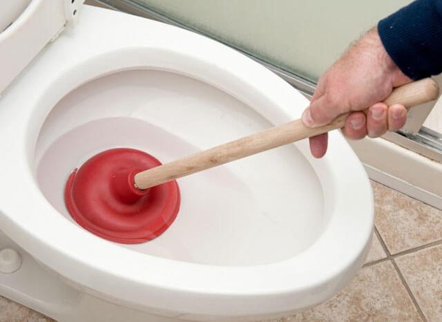 засорился туалет что делать