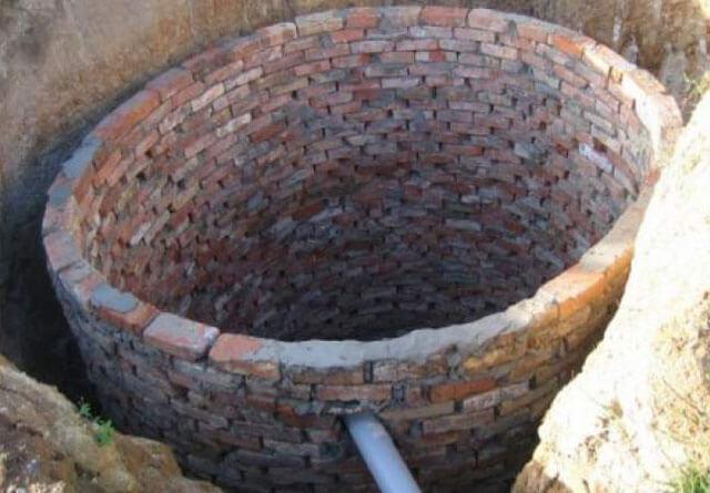 сливная яма во дворе