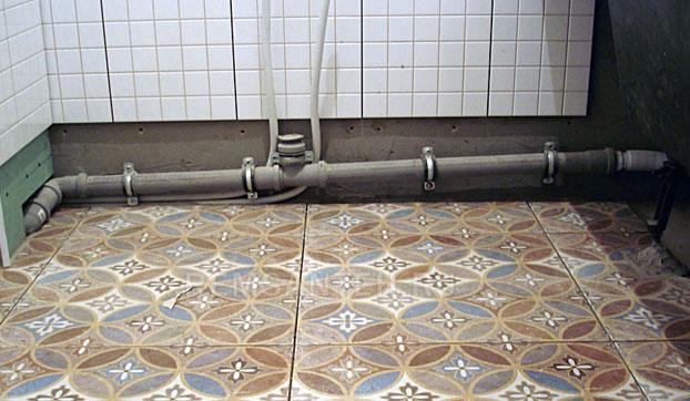 крепление канализационных труб к стене