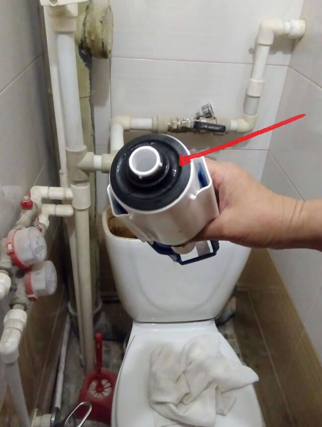 как починить бачок унитаза если он течет