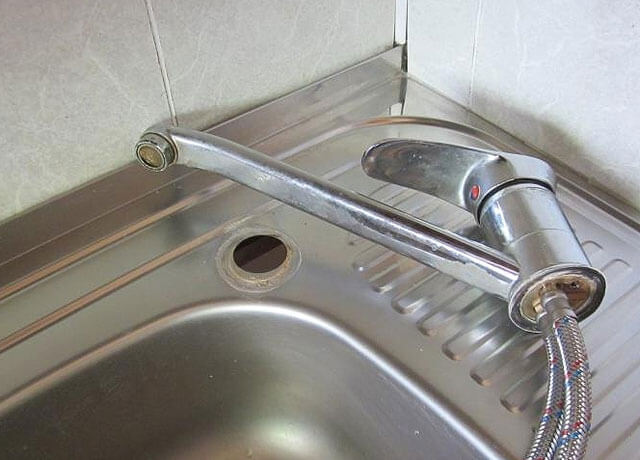 монтаж смесителя на кухне