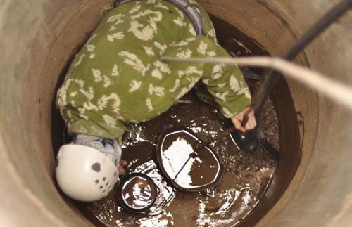 Очистка ямы при помощи ведра