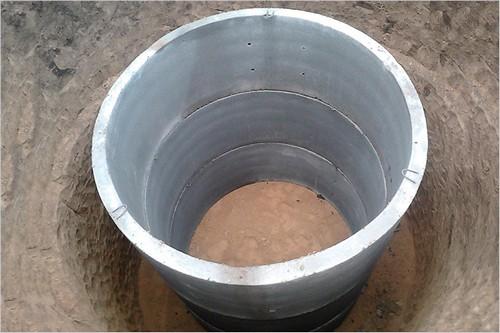 Бетонное кольцо - хорошее основание для ямы