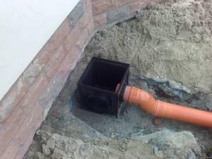 Дно пескоуловителя расположено ниже соединения с трубой