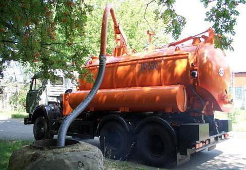 Откачка канализационных стоков при помощи машины